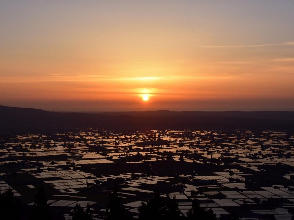 夕日が沈む散居村(閑乗寺公園より)1487636278