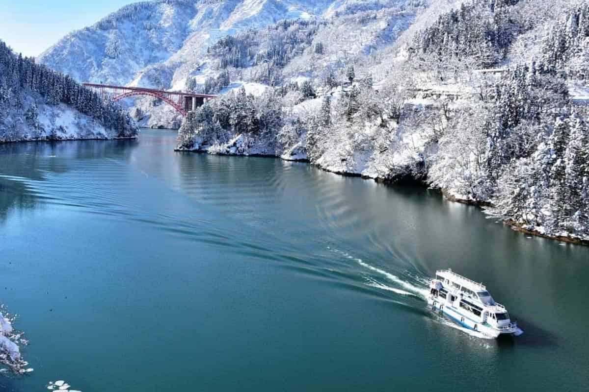 雪の庄川の遊覧船